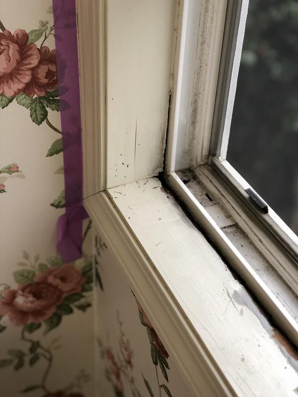 結露や日焼けにより劣化した窓枠をリフォーム施工前の画像